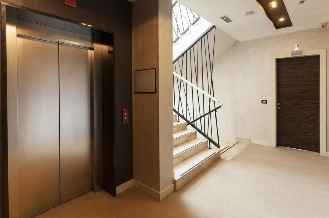 Un habitant en rez-de-chaussée doit-il payer les charges liées à l'ascenseur?