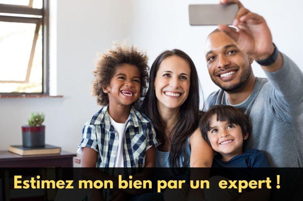 Une famille cherchant à estimer son bien immobilier
