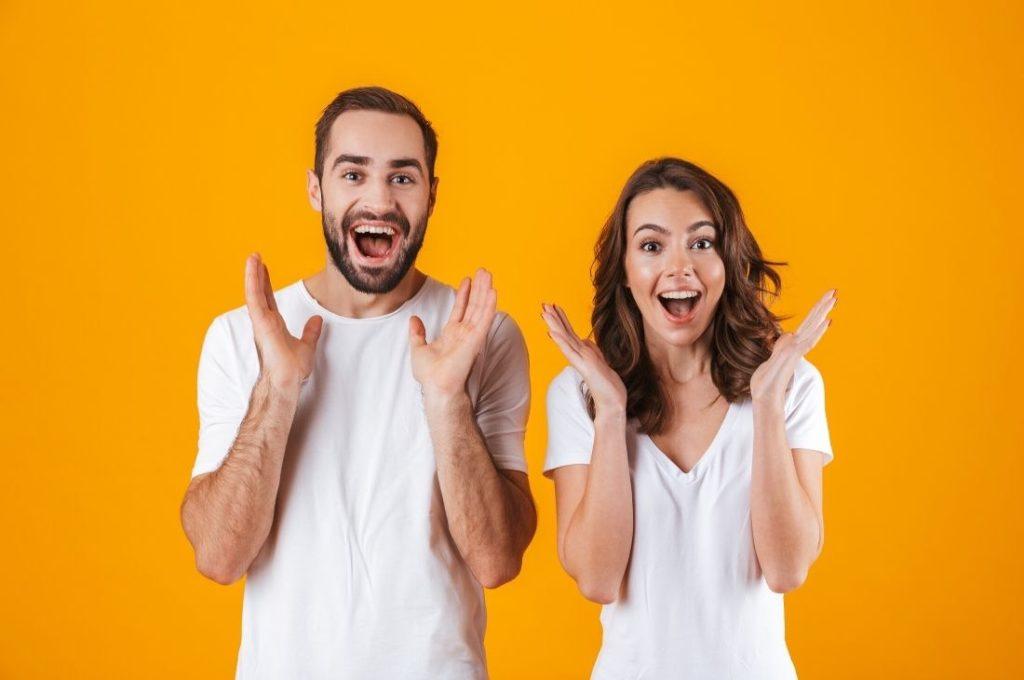 2 personnes cherchant à réaliser une estimation immobilière