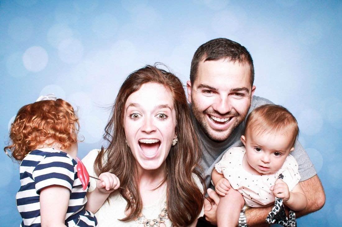 Une famille contente à la quête d'une estimation immobilière
